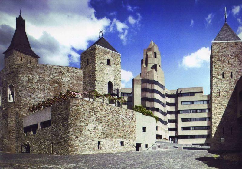 Rathaus und Burgmauer